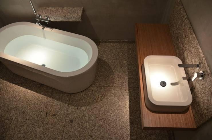 Shared/common bathroom in a private house- Casa de banho comum em habitação familiar: Casas de banho  por Dynamic444