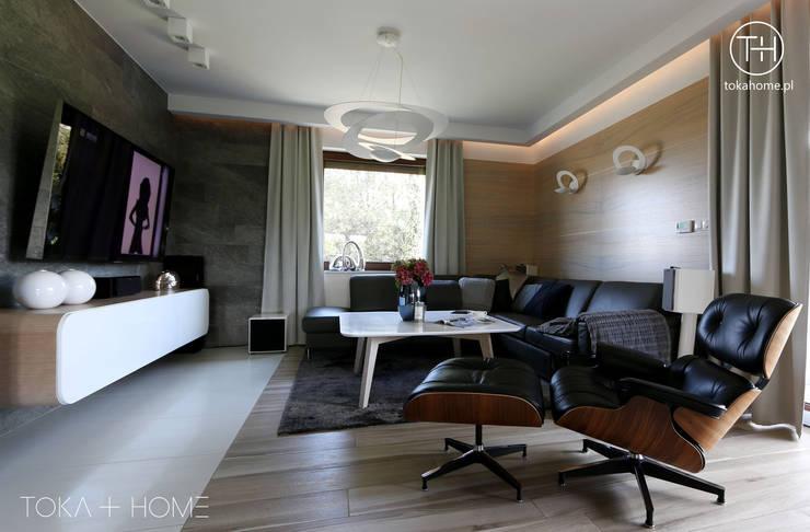 STYLOWY ANTRACYT: styl , w kategorii Salon zaprojektowany przez TOKA + HOME,Nowoczesny Drewno O efekcie drewna