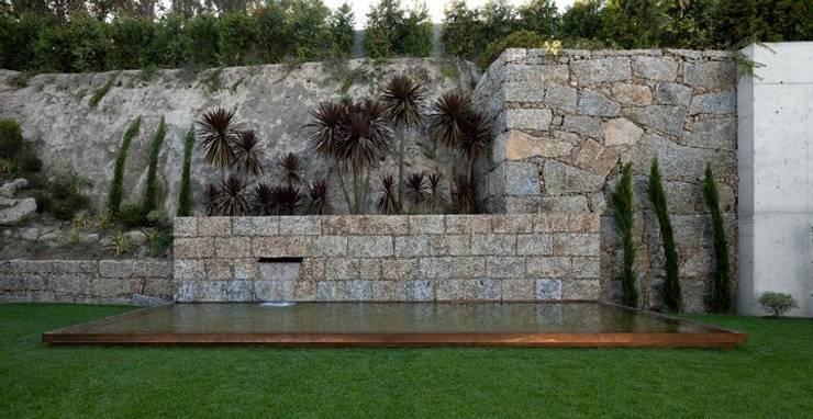 MitPenha: Jardins  por Atelier fernando alves arquitecto l.da