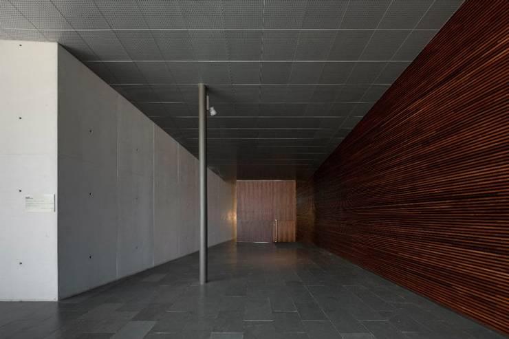 MitPenha: Corredores e halls de entrada  por Atelier fernando alves arquitecto l.da