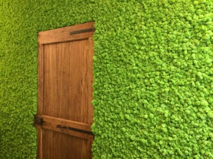Zielone ściany z mchu Moss Trend®: styl , w kategorii Korytarz, przedpokój zaprojektowany przez BandIt Design