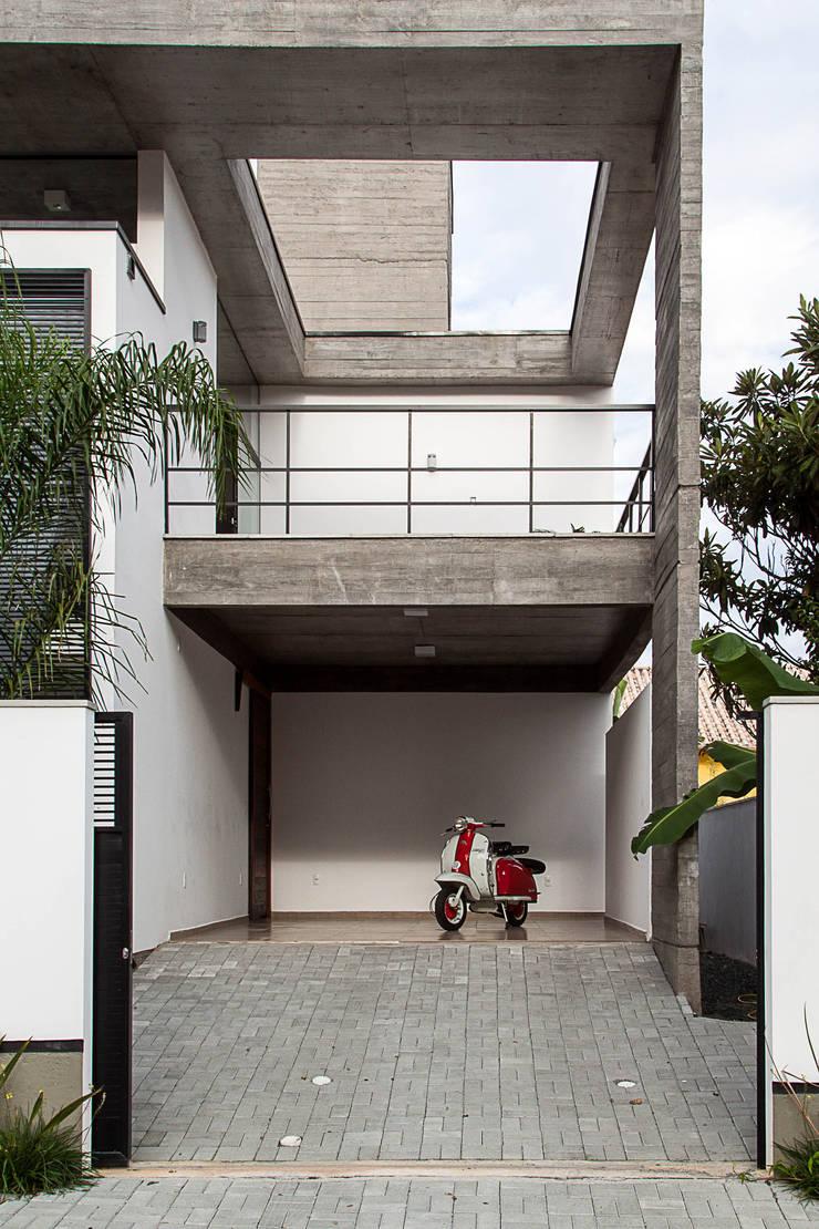 Casa E: Garagens e edículas  por PJV Arquitetura