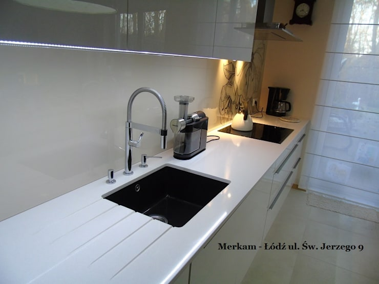Białe blaty kuchenne z konglomeratu kwarcowego- Merkam Łódź: styl , w kategorii Kuchnia zaprojektowany przez Merkam  - Łódź ul. Św. Jerzego 9