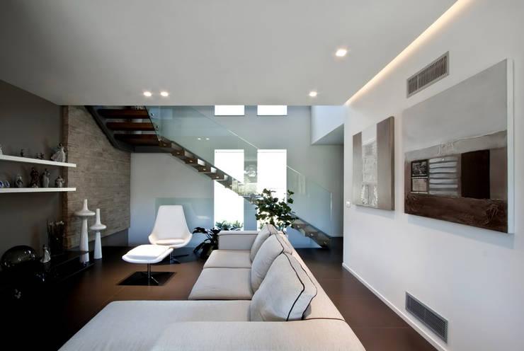 Villa LLL: Soggiorno in stile  di Vincenzo Leggio Architetto