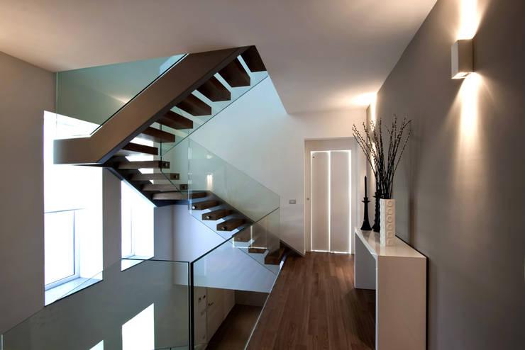 Corredores e halls de entrada  por Vincenzo Leggio Architetto
