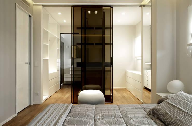 Villa LLL: Camera da letto in stile  di Vincenzo Leggio Architetto