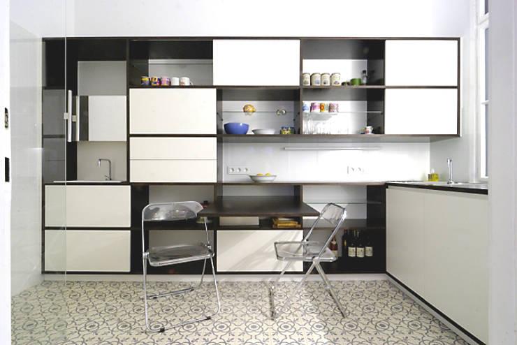 Un monolocale moderno e versatile: Sala da pranzo in stile in stile Moderno di Mosaic del Sur