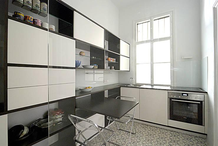 Un monolocale moderno e versatile: Cucina in stile in stile Moderno di Mosaic del Sur