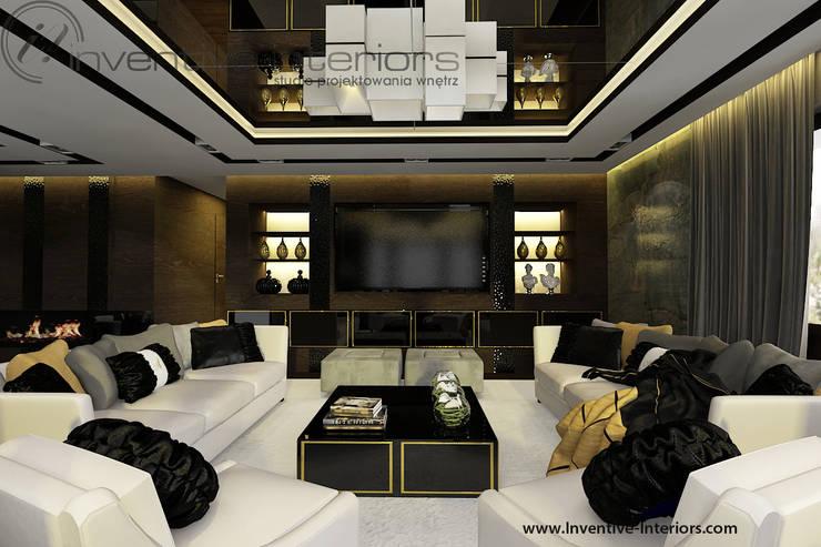 Białe sofy i akcent złota w klasycznym salonie: styl , w kategorii Salon zaprojektowany przez Inventive Interiors