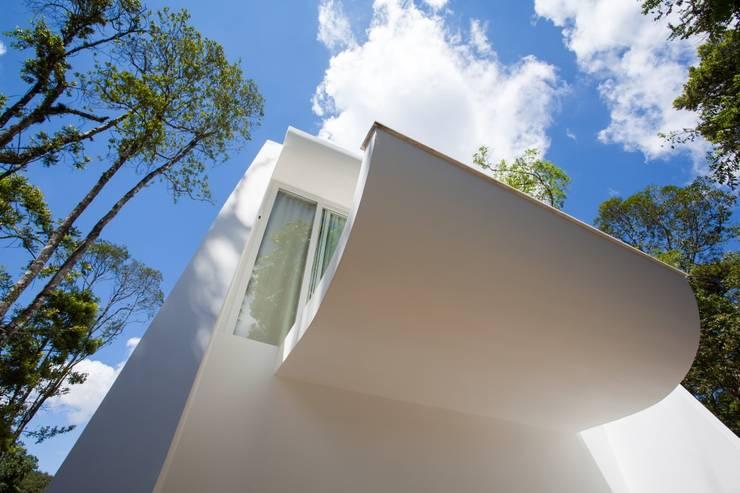 RESIDÊNCIA EM CURITIBA/PR: Casas  por Lima.Ramos.Lombardi Arquitetos Associados