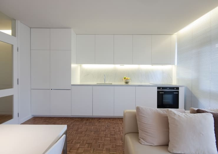 uma casa e o mar: Cozinhas  por p+v arq