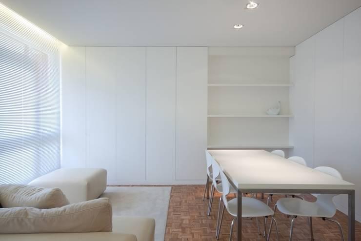uma casa e o mar: Salas de estar  por p+v arq