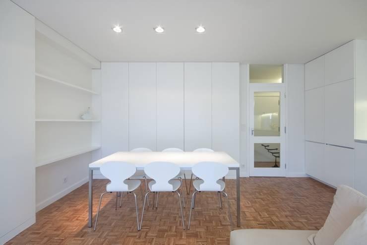 uma casa e o mar: Salas de jantar  por p+v arq
