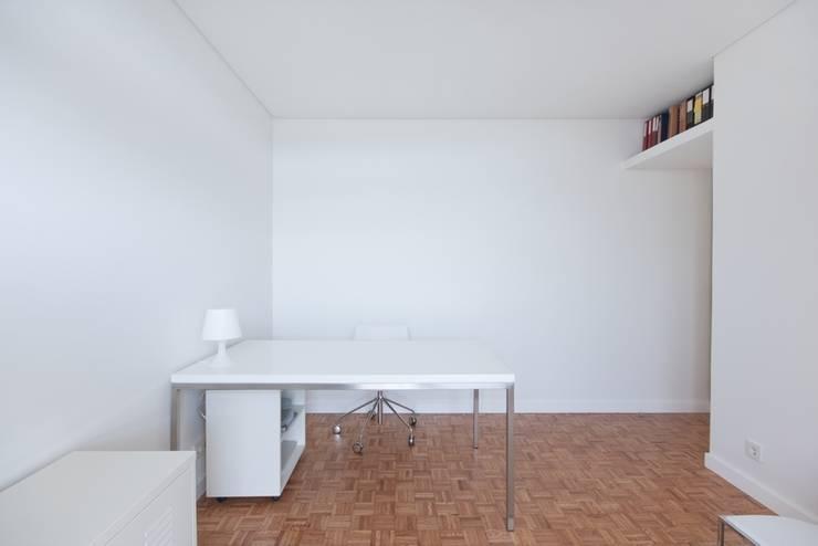 uma casa e o mar: Escritórios e Espaços de trabalho  por p+v arq