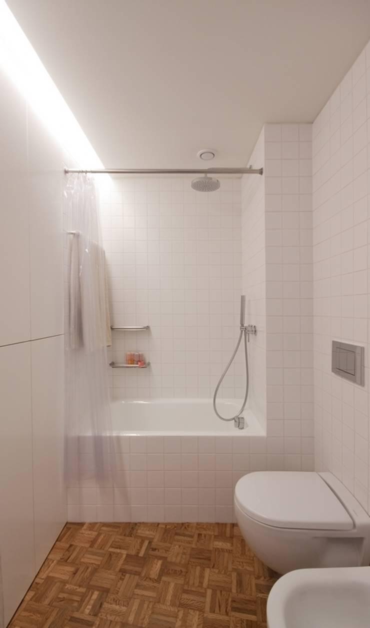uma casa e o mar: Casas de banho  por p+v arq