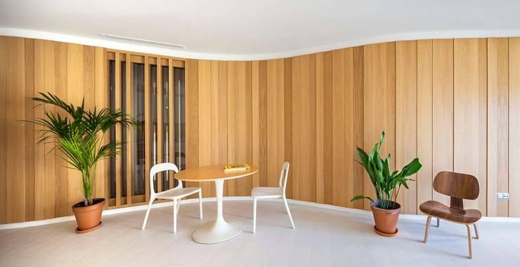 Apartamentos en Paseo de Gracia, Barcelona - 02: Salones de estilo  de THK Construcciones