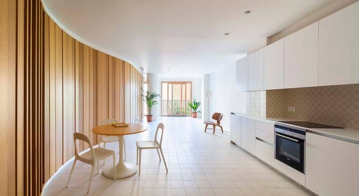 Apartamentos en Paseo de Gracia, Barcelona - 04: Salones de estilo  de THK Construcciones