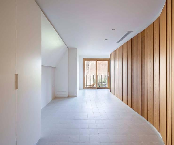 Apartamentos en Paseo de Gracia, Barcelona - 05: Dormitorios de estilo  de THK Construcciones