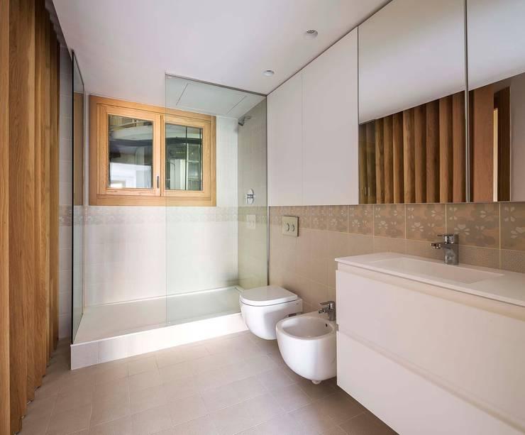 Apartamentos en Paseo de Gracia, Barcelona - 06: Baños de estilo  de THK Construcciones