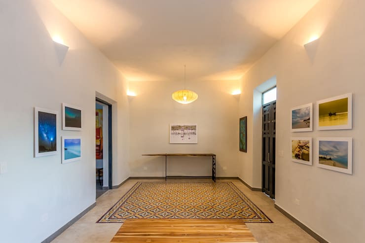 OTRA VISTA DEL ESPACIO COMÚN RESTAURADO: Pasillos y recibidores de estilo  por CERVERA SÁNCHEZ ARQUITECTOS