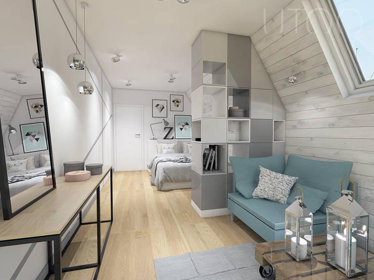 Skandynawskie poddasze nastolatki: styl , w kategorii Sypialnia zaprojektowany przez UTOO-Pracownia Architektury Wnętrz i Krajobrazu,Skandynawski