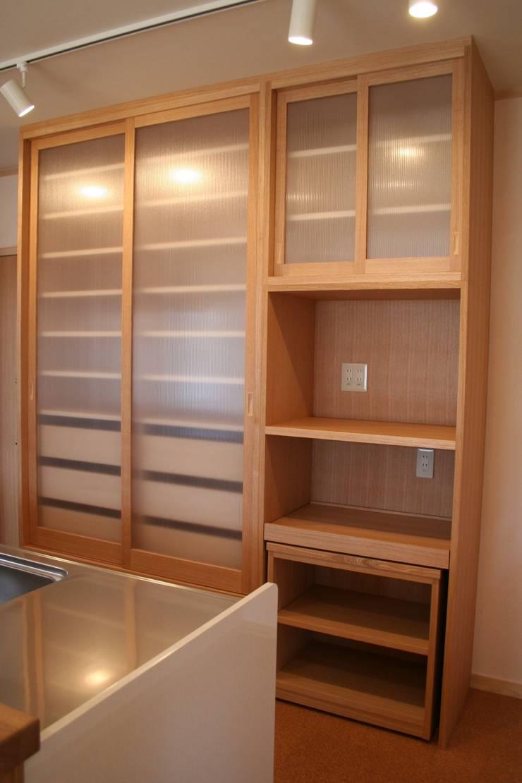 キッチン収納1: 一級建築士事務所 さくら建築設計事務所が手掛けたキッチンです。