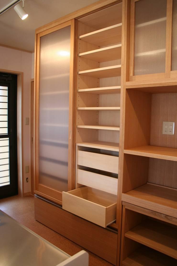 キッチン収納2: 一級建築士事務所 さくら建築設計事務所が手掛けたキッチンです。