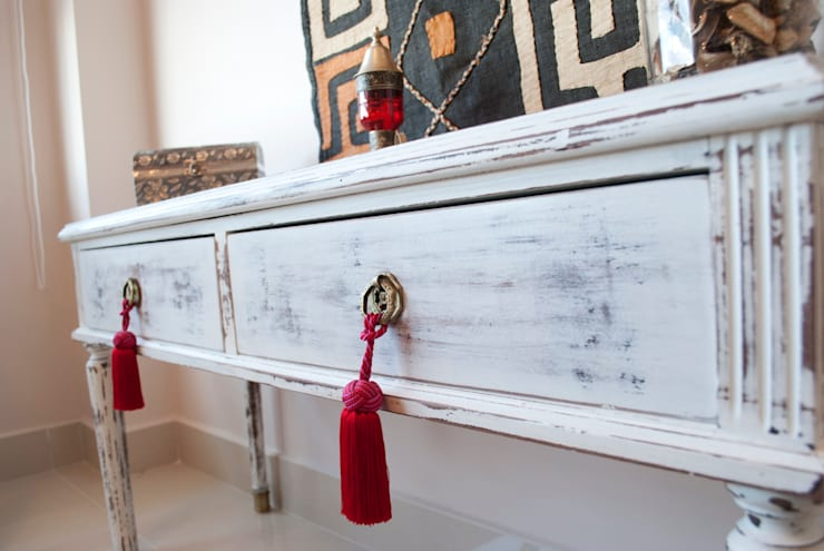 Pequeño mueble ingles Restaurado . Decapado en blanco: Dormitorios de estilo  por Diseñadora Lucia Casanova