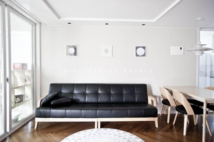 Wohnzimmer von 도노 디자인 스튜디오