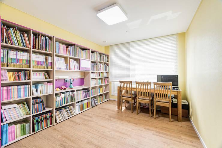 수원시 영통구 이의동 자연앤자이아파트  (48평형): 아르떼 인테리어 디자인의  서재 & 사무실
