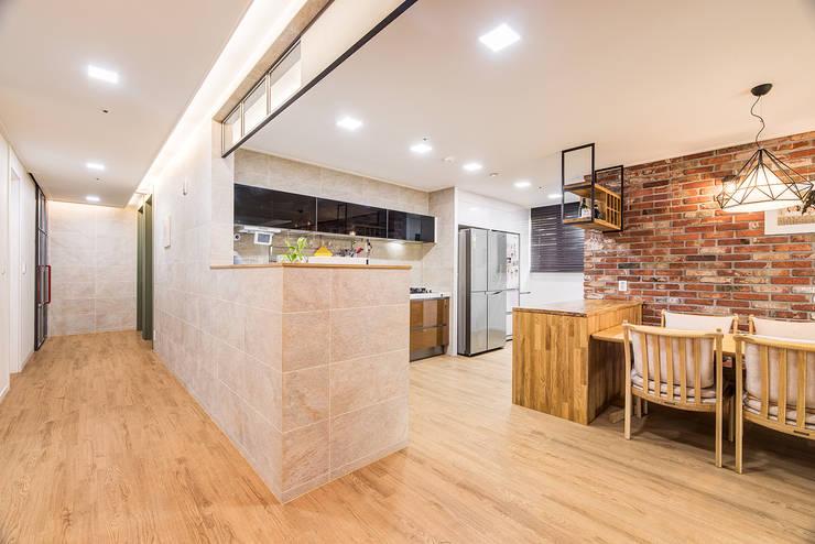 수원시 영통구 이의동 자연앤자이아파트  (48평형): 아르떼 인테리어 디자인의  거실