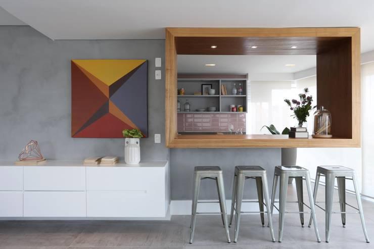 Minimalist corridor, hallway & stairs by Léo Shehtman Arquitetura e Design Minimalist