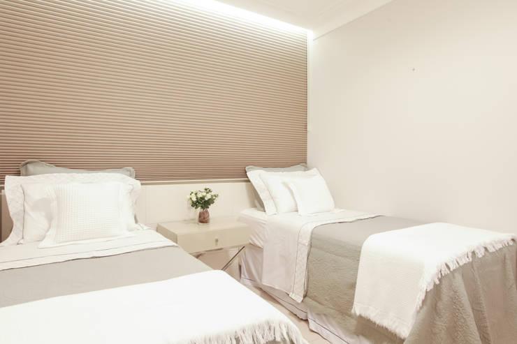Quarto Hospede: Quartos  por Arina Araujo Arquitetura e Interiores