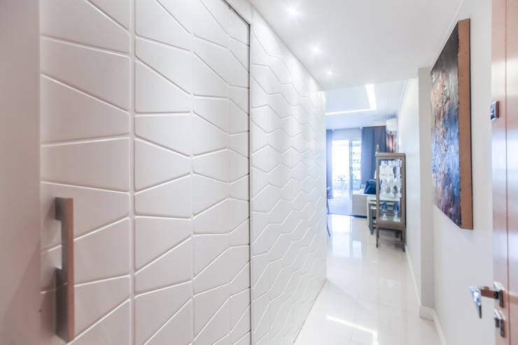 Corredor: Corredores e halls de entrada  por Arina Araujo Arquitetura e Interiores