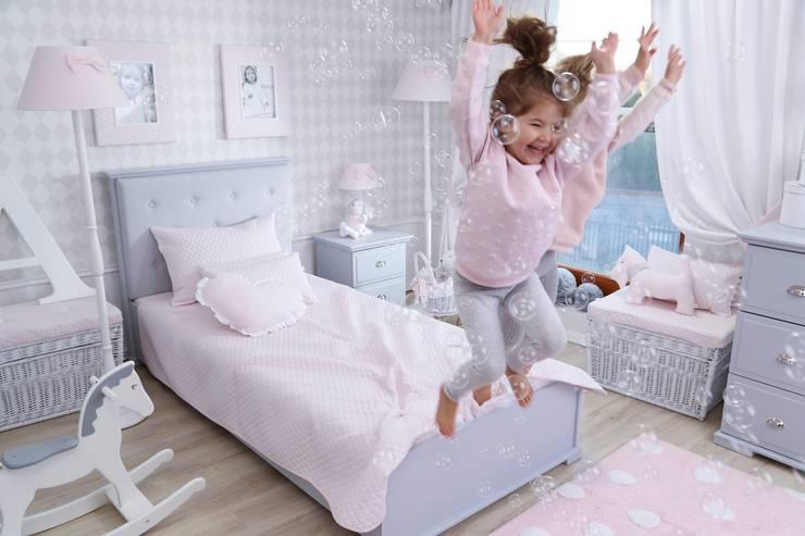 Oświetlenie: styl , w kategorii Pokój dziecięcy zaprojektowany przez Caramella