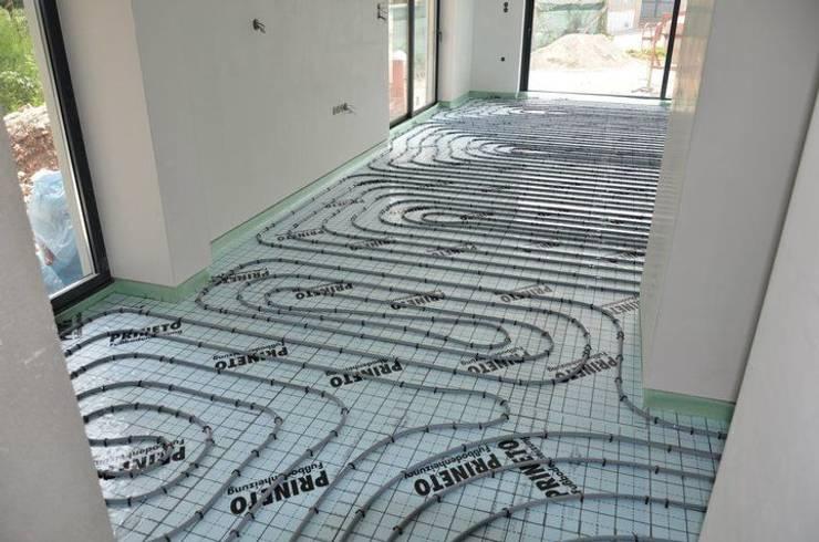piso radiante hidráulico: Salas de estar  por Dynamic444 (departamento de climatização)