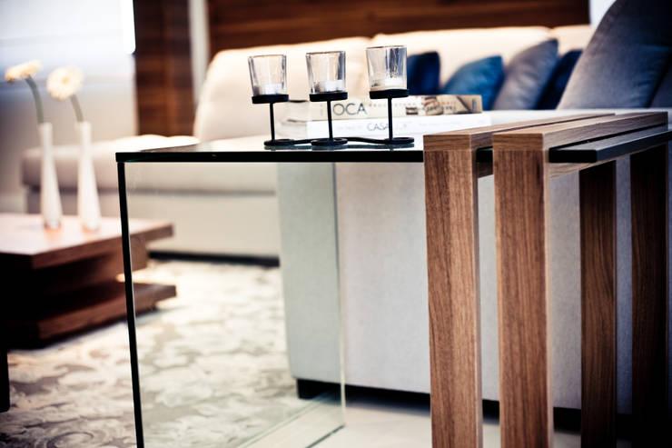 mesa lateral: Salas de estar  por Studio Arquitetura