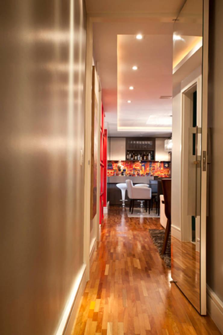 Apartamento Butantã: Corredores e halls de entrada  por Samy & Ricky Arquitetura