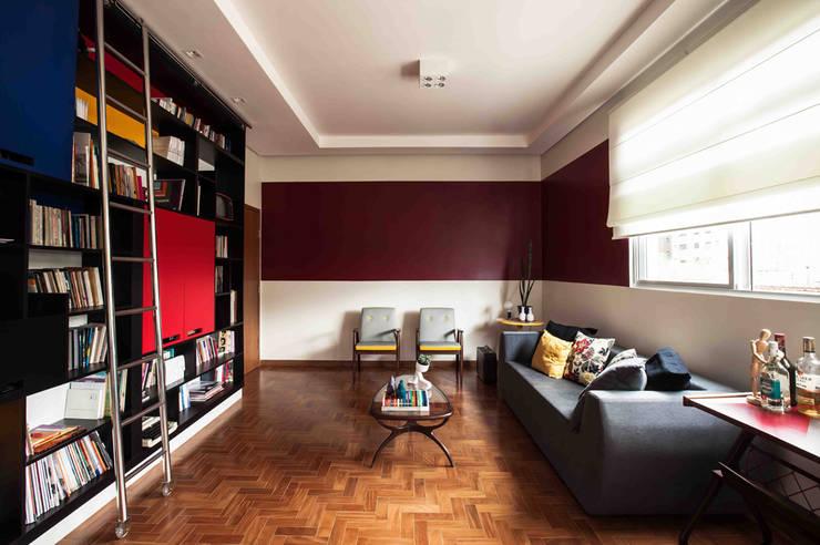 Sala estar: Salas de estar  por Laura Serafini Arquitetura + Interiores