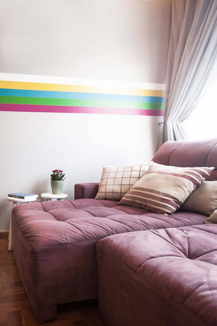 Sala TV : Salas multimídia  por Laura Serafini Arquitetura + Interiores