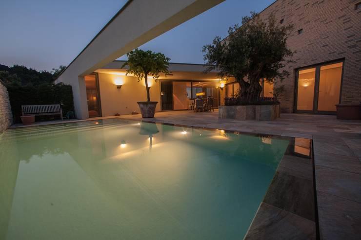 Zwembad met mediterane sfeer :  Zwembad door Engelman Architecten BV