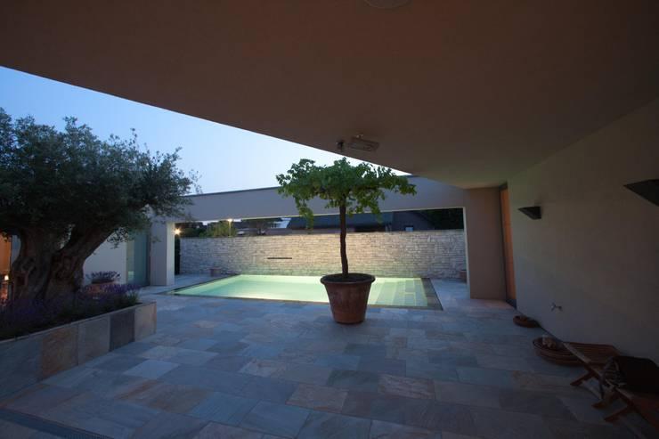 Mediterane patio :  Terras door Engelman Architecten BV