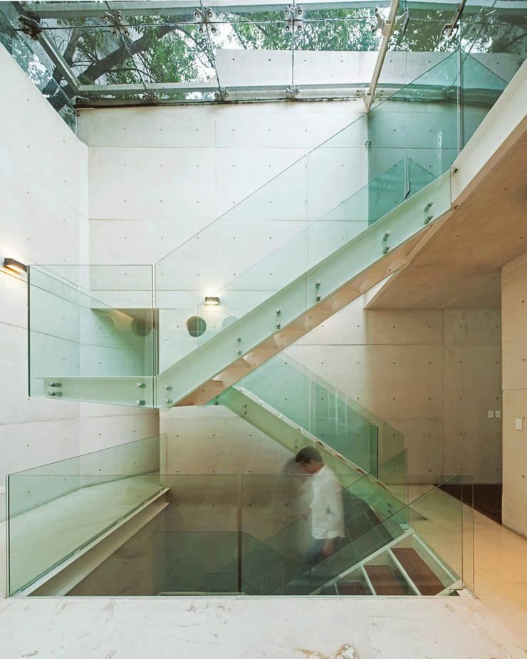 CASA TLÁLOC: Pasillos y recibidores de estilo  por Landa Suberville