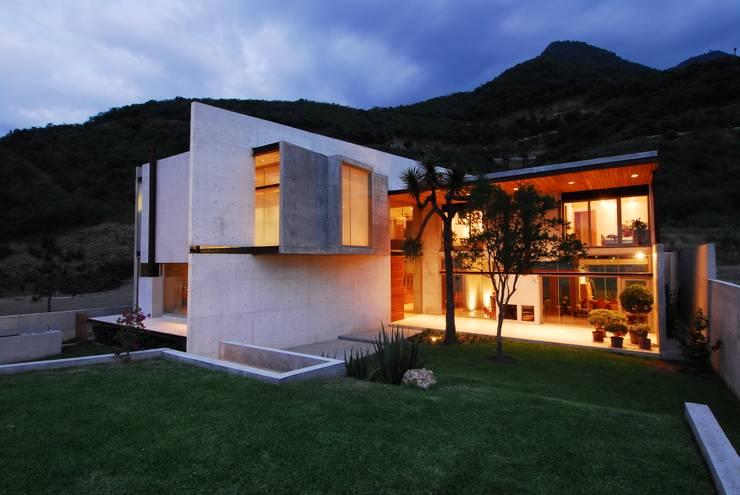 CASA B: Casas de estilo  por Landa Suberville
