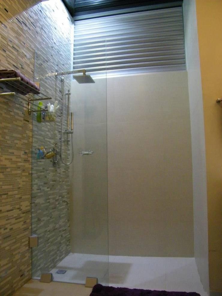 Casa CR180: Baños de estilo  por Arquitectos Interiores