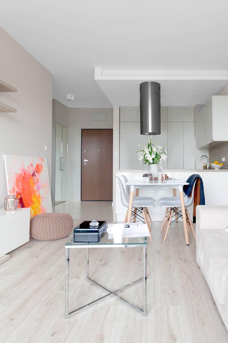 现代客厅設計點子、靈感 & 圖片 根據 Decoroom 現代風