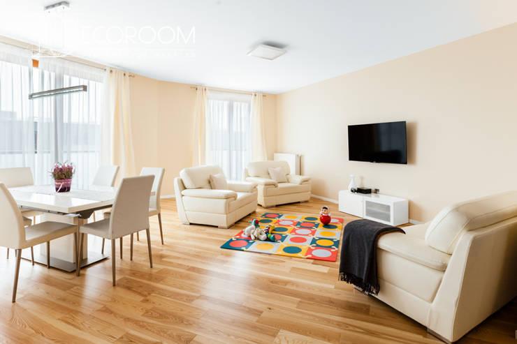 Mieszkanie w klasycznej kolorystyce.: styl , w kategorii Salon zaprojektowany przez Decoroom