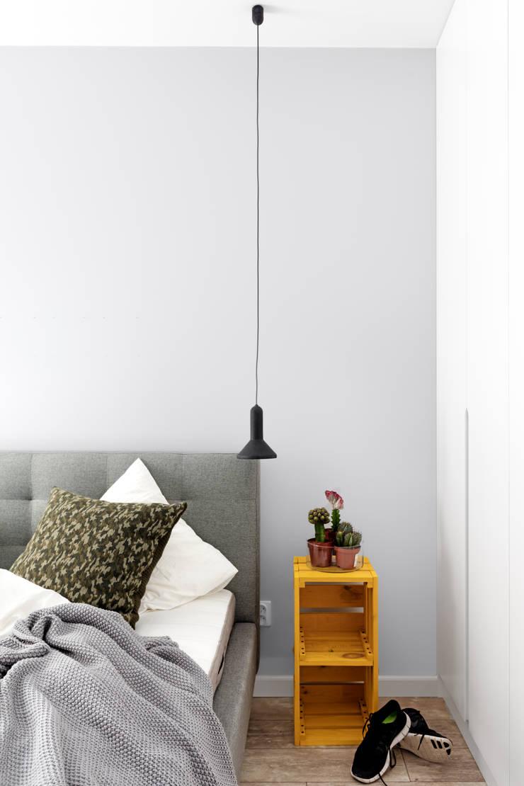 elektryzujące wnętrze: styl , w kategorii Sypialnia zaprojektowany przez Decoroom,Nowoczesny