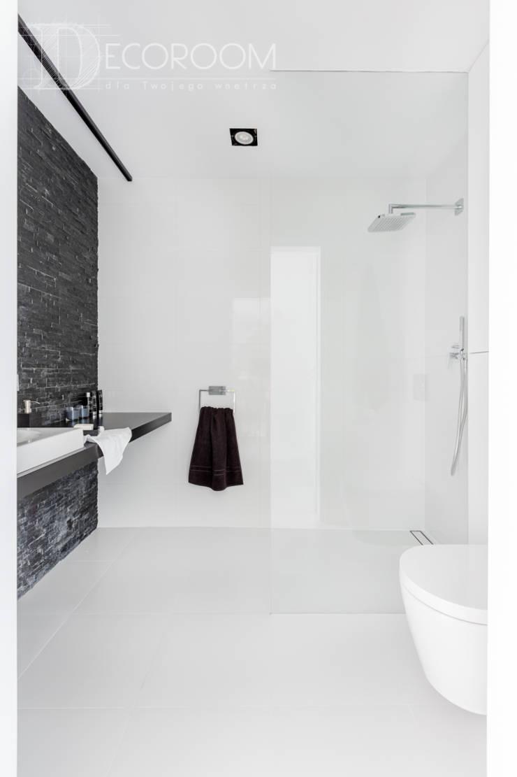 nowocześnie w bieli, szarościach i czerni.: styl , w kategorii Łazienka zaprojektowany przez Decoroom