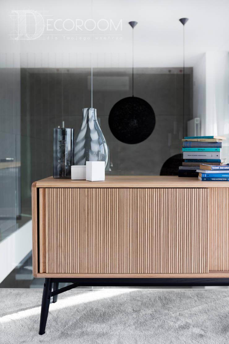 nowocześnie w bieli, szarościach i czerni.: styl , w kategorii Sypialnia zaprojektowany przez Decoroom